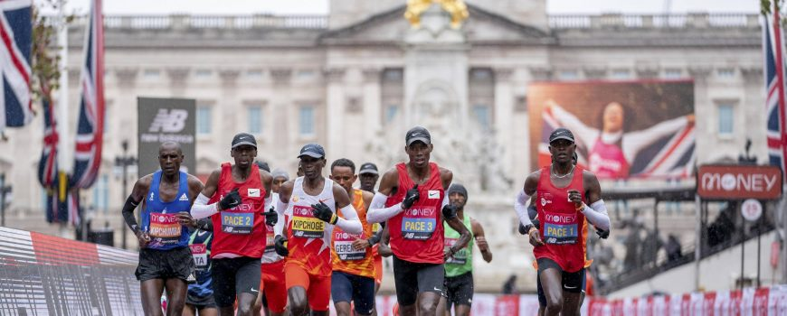 (201005) -- BEIJING, Oct. 5, 2020 -- Eliud Kipchoge (C, Front) of Kenya competes in the Elite Men s Race at the London M