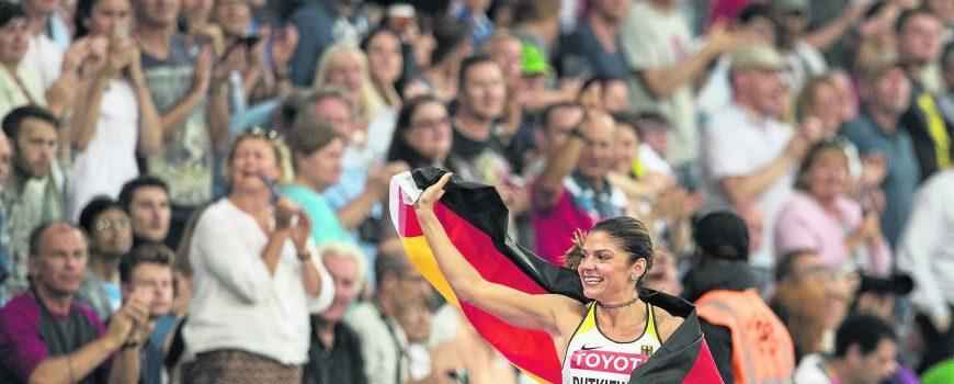 Jubel Pamela DUTKIEWICZ Deutschland 3 Platz Ehrenrunde mit Fahne Finale 100m Huerden der Frauen